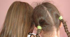 Hinterköpfe zweier Mädchen mit langen Haaren