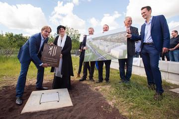 Bild wird vergrößert: Oberbürgermeister Burkhard Jung, Baubürgermeisterin Dorothee Dubrau und Investoren bei der Grundsteinlegung Juni 2016. Herr Jung und Frau Dubrau halten eine Platte mit dem Stadtwappen in den Händen, das auf eine Betonfläche verlegt wird.