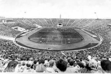 Bild wird vergrößert: Historisches Schwarz-Weiß-Foto des Zentralstadion Leipzig - Stadion der Hunderttausend mit vollbefüllten Plätzen