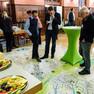 Blick auf das Catering, davor stehen Menschen auf einem Teppich. Auf dem Teppich ist ein Stadtplan von Leipzig eingezeichnet.