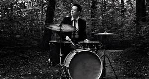 Philipp Scholz an den Drums im Wald