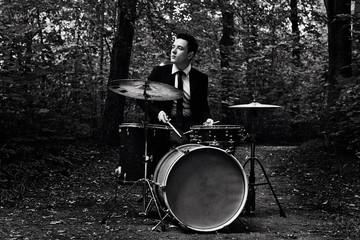 Bild wird vergrößert: Philipp Scholz an den Drums im Wald
