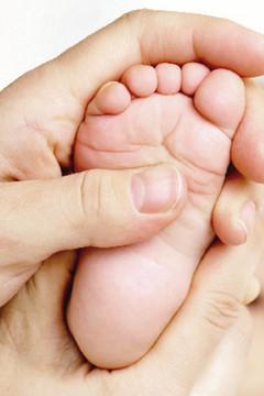Bild wird vergrößert: Babyfuß in Erwachsenenhand