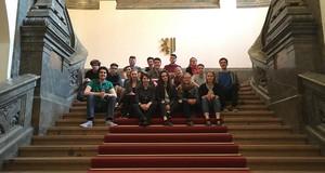 Die Mitglieder des Jugendparlamentes sitzen auf der großen Treppe des Neuen Rathauses