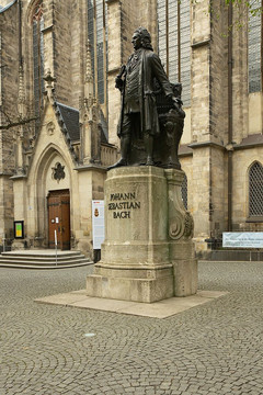 Bild wird vergrößert: Denkmal von Johann Sebastian Bach vor der Thomaskirche in Leipzig