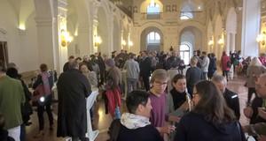 Obere Wandelhalle des Neuen Rathaus Leipzig mit den Besuchern des Fachtages Sozialpsychiatrie