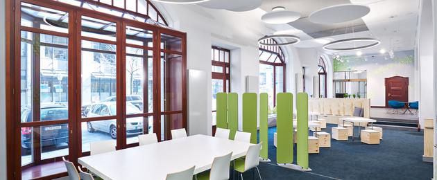 Raumansicht Stadtbüro mit einem Beratungstische und weiteren Sitzmöbeln.