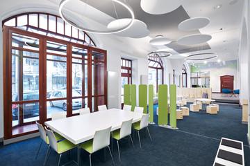 Bild wird vergrößert: Raumansicht Stadtbüro mit einem Beratungstische und weiteren Sitzmöbeln.