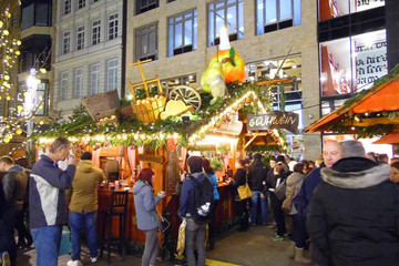 Bild wird vergrößert: Weihnachtsmarkt - Kreative Dekoration am Glühweinstand