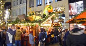 Weihnachtsmarkt - Kreative Dekoration am Glühweinstand