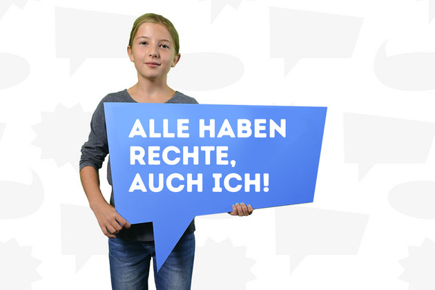"""Ein Mädchen hat sich mit dem Statement """"Alle haben Rechte, auch ich!"""", welches auf einer blauen Sprechblase steht, fotografieren lassen."""