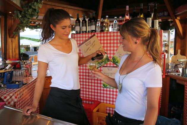 Leipziger Weinfest - Personal in einem Weinstand
