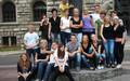 Gruppenbild von Auszubildenden der Stadt Leipzig vor dem Eingang des Neuen Rathauses