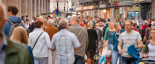 Viele Menschen in der Petersstraße bei einem verkaufsoffenen Sonntag