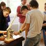 Eine Gruppe von Schülern schaut sich ein historisches Gerät im Apothekenmuseum an.