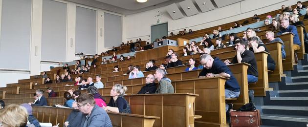 Ein Hörsaal voller Menschen
