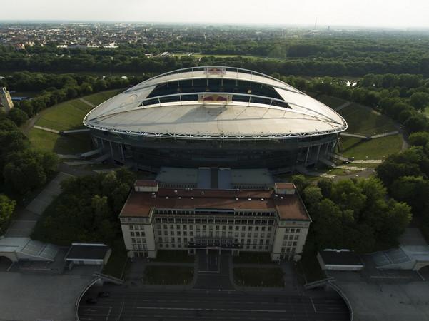 Zu sehen ist die aus der Luft fotografierte Red Bull Arena in Richtung Westen