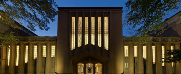 Blick auf das Grassimuseum und dessen Fenster in der Abenddämmerung