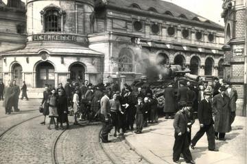 Bild wird vergrößert: Bei der Befreiung Leipzigs kommen amerikanische Soldaten ums Leben. Brennender Panzer vor dem Felsenkeller.