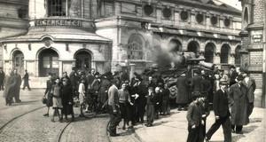 Bei der Befreiung Leipzigs kommen amerikanische Soldaten ums Leben. Brennender Panzer vor dem Felsenkeller.