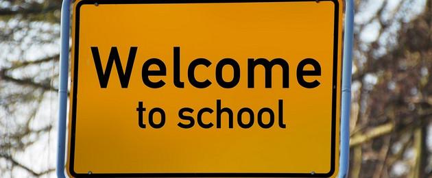 """Straßenschild mit Aufschrift """"Welcome to school""""."""