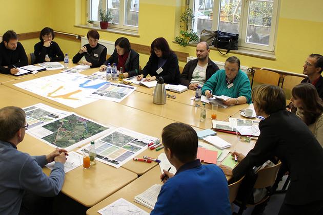 Menschen sitzen in einer Arbeitsgruppe zum Workshop Straßenbahnerweiterung Probstheida zusammen