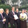 Gruppenfoto von 5 Personen, in der Mitte Oberbürgermeister Jung, rechts von ihm Robert Moore