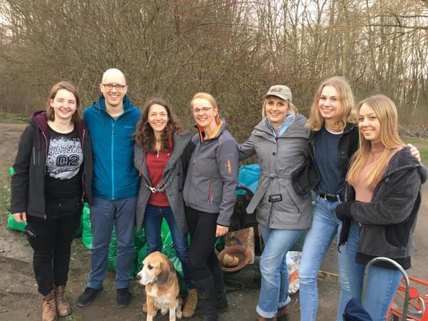 Gruppenfoto von Akteuren einer Reiningugsakton am Auensee zum Frühjahrsputz 2019.