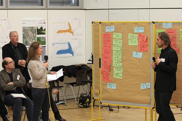 Bürgerworkshop zur Straßenbahnausbau in Probstheida mit fragender Bürgerin und Moderator