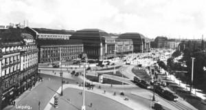 Schwarz-Weiß Bild des Gebäudes des Leipziger Hauptbahnhofes um 1920