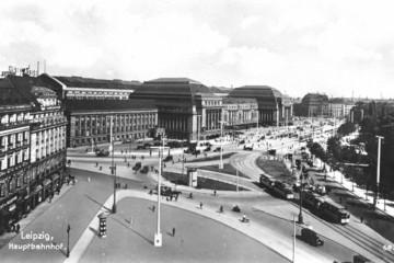 Bild wird vergrößert: Schwarz-Weiß Bild des Gebäudes des Leipziger Hauptbahnhofes um 1920