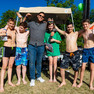 sechs Jugendliche posieren vor der Kamera