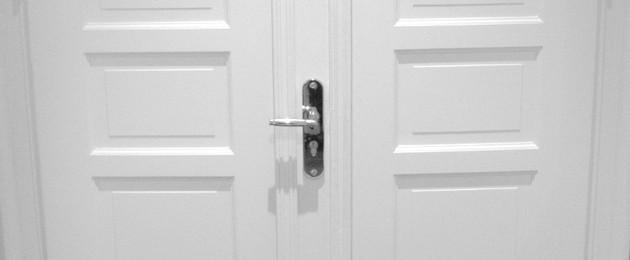 Eine Tür mit Türklinke von außen