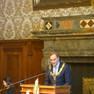Oberbürgermeisters Burkhard Jung steht mit Amtskette hinter einem Stehpult und redet