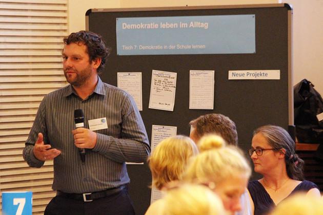 Stadtrat Christoph Zenker fasst die Ergebnisse der Diskussion vor einer Pinnwand zusammen.