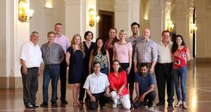 Foto mit Mitgliedern des Migrantenbeirates der Stadt Leipzig in der Oberen Wandelhalle des Neuen Rathauses