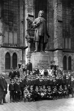 Bild wird vergrößert: Thomaner vor dem Bachdenkmal auf dem Thomaskirchhof, um 1935