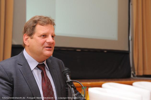 Der Bildungsbürgermeister Prof. Dr. Thomas Fabian, Anzug mit rosa Hemd und weinroter Krawatte tragend, im Gespräch während einer Pause der 3. Bildungskonferenz