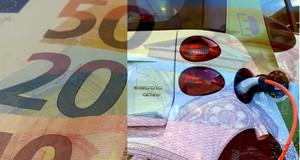 Geldscheine und Heck eines Elektroautos, die Bilder fließen ineinander.