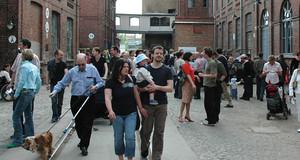 Besucherinnen und Besucher auf dem Gelände der Baumwollspinnerei