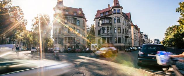 Kreuzung im Waldstrassenviertel mit Auto- und Fahrradverkehr