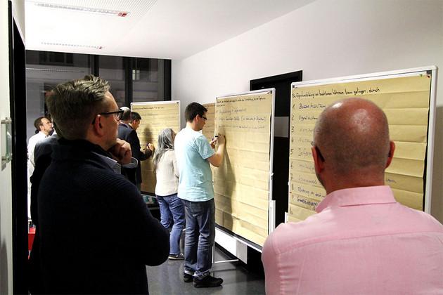 Die Teilnehmenden halten ihre Ideen fest