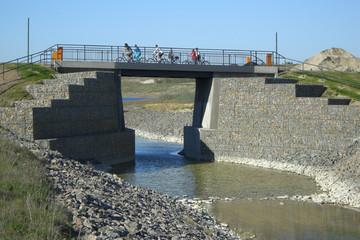 Bild wird vergrößert: Hebebrücke über den Kanal zwischen Markkleeberger und Störmthaler See