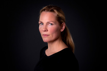 Bild wird vergrößert: Porträt von Åsne Seierstad vor schwarzem Hintergrund