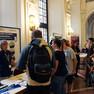 Mehrere Infostände zu verschiedenen Berufen im Wandelsaal des Neuen Rathauses mit interessierten Menschen.