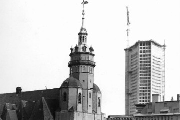 Bild wird vergrößert: Bau des Leipziger Universitätshochhauses, im Vordergrund die Nikolaikirche, um 1969