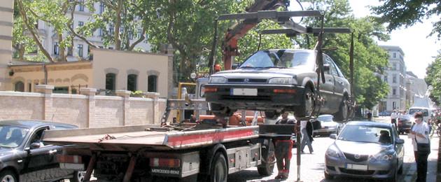 Ein ordnungswidrig geparktes Auto auf einen Abschleppwagen gehoben