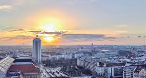 Stadtansicht mit Hauptbahnhof und Wintergartenhochhaus mit tief stehender Sonne