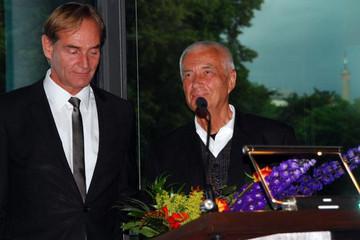 Bild wird vergrößert: Oberbürgermeister Burkahrd Jung übergibt den Gutenberg-Preis an Karl-Georg Hirsch
