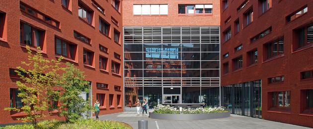 Blick auf rote Klinkergebäude der BioCity Leipzig